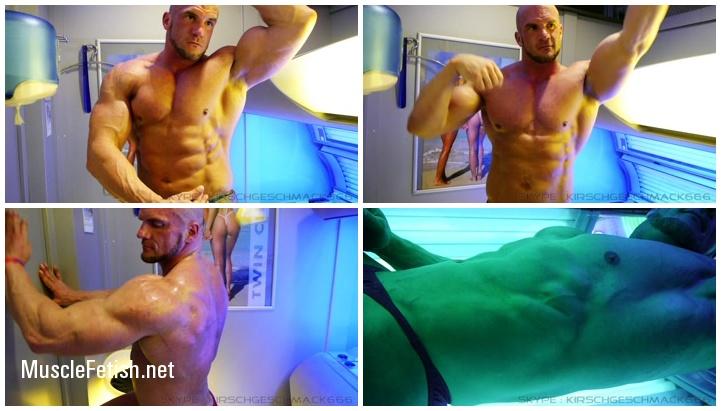 Big German bodybuilder Kirschgeschmack in solarium