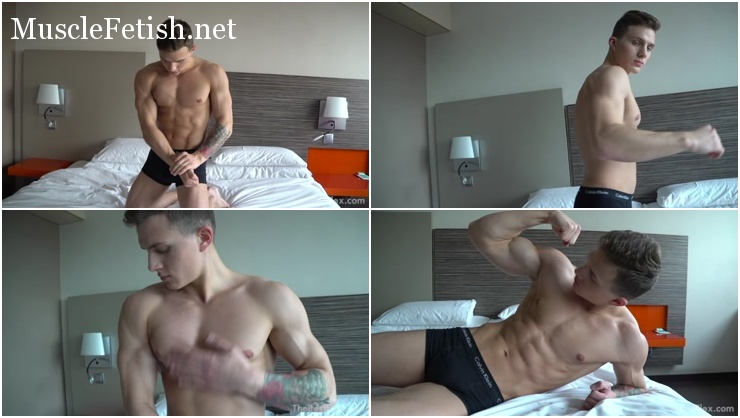 Young bodybuilder David King – Bedroom Flexing